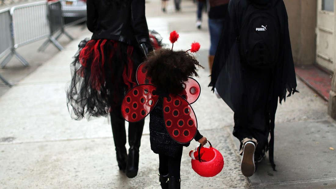 Ein Mädchen läuft in ihrem Halloween-Kostüm durch Greenwich Village in New York.