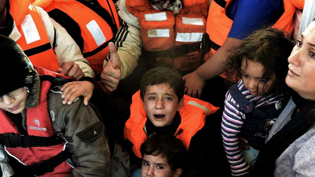 Eine Gruppe syrische Geflüchtete, die vor der Küste der griechischen Insel Lesbos von einem sinkend Boot gerettet wurden.