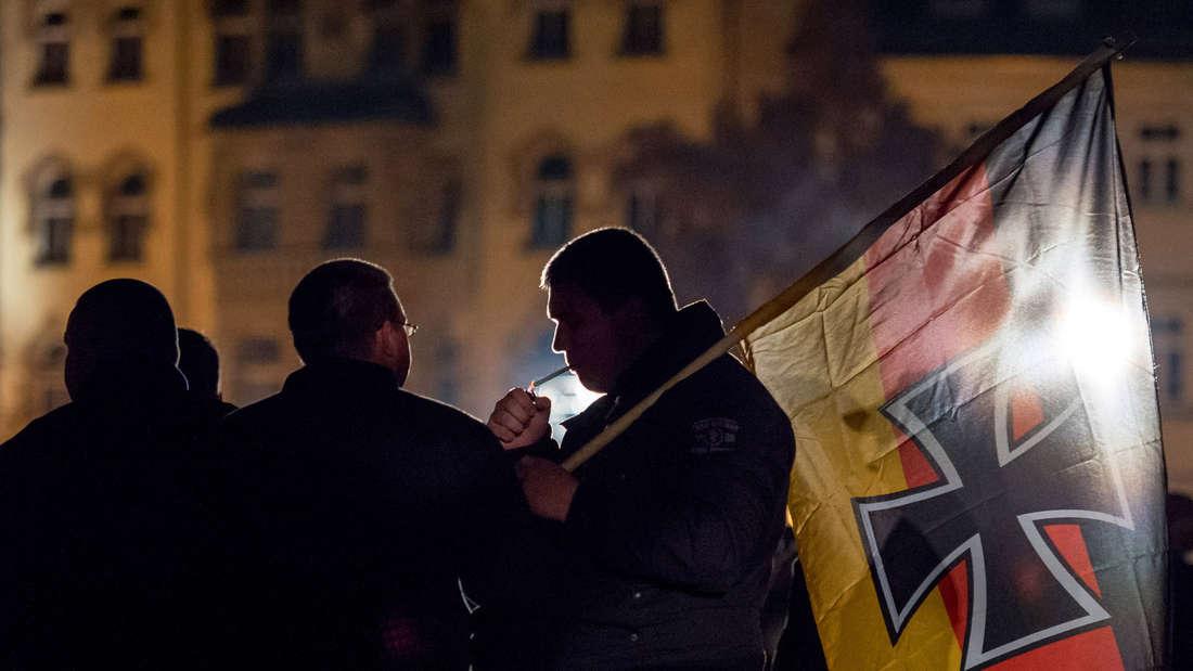 Ein Teilnehmer einer in Erfurt stattfindenden AfD Kundgebung gegen die Asylpolitik der Bundesregierung.