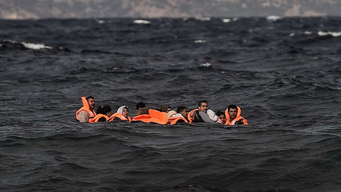 Eine Gruppe flüchtender Menschen beim Überqueren des Ägäischen Meeres zwischen der Türkei und Griechenland.