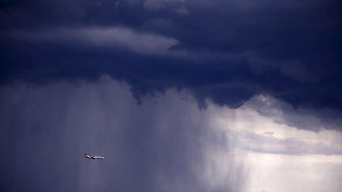 Eine Boeing auf dem Weg nach Sydney durchfliegt einen der Gewitterstürme, die die Stadt am Freitag wiederholt heimsuchten.