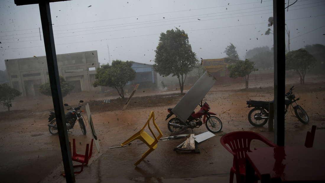Ein tropischer Wirbelsturm tobt durch die nur 4.000 Bewohner große Stadt Rio Pardo in Brasilien.