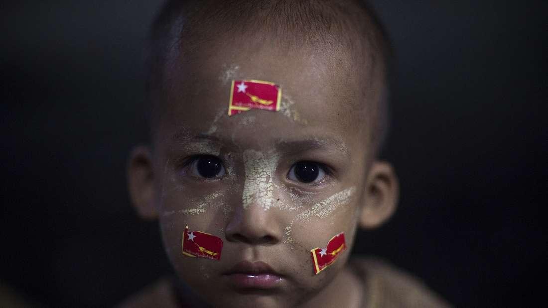 Ein junger Unterstützer der oppositionellen Partei NDL in Myanmar. Dort finden in diesen Tagen die ersten demokratischen Wahlen seit 1960 statt.
