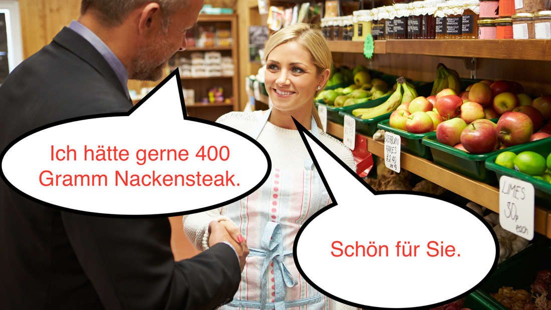 """Eine Frau und ein Mann, die sich im Supermarkt unterhalten und die Hände schütteln. Auf dem Bild sind zwei Sprechblasen. Der Mann sagt """"Ich hätte gerne 400 Gramm Nackensteak."""" Und die Frau sagt """"Schön für Sie."""""""