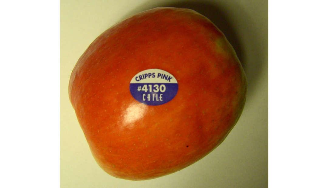 Ein Apfel, auf dem ein Sticker klebt.