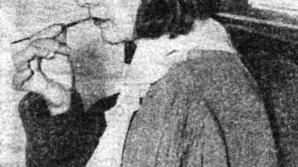 Charlotte Purcell demonstriert das Spitzen des Pinsels mit den Lippen