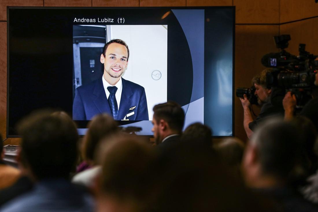 Ein Foto von Andreas Lubitz bei der Pressekonferenz der Familie am 24. März 2017.