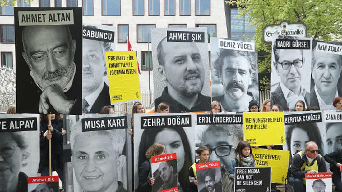 Demonstranten mit Schildern von in der Türkei verhafteten Journalisten vor der türkischen Botschaft in Berlin.