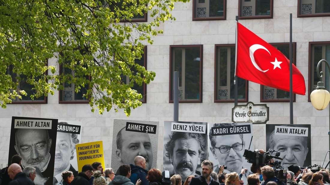 Menschen protestieren am 3. Mail 2017 vor der türkischen Botschaft in Berlin.