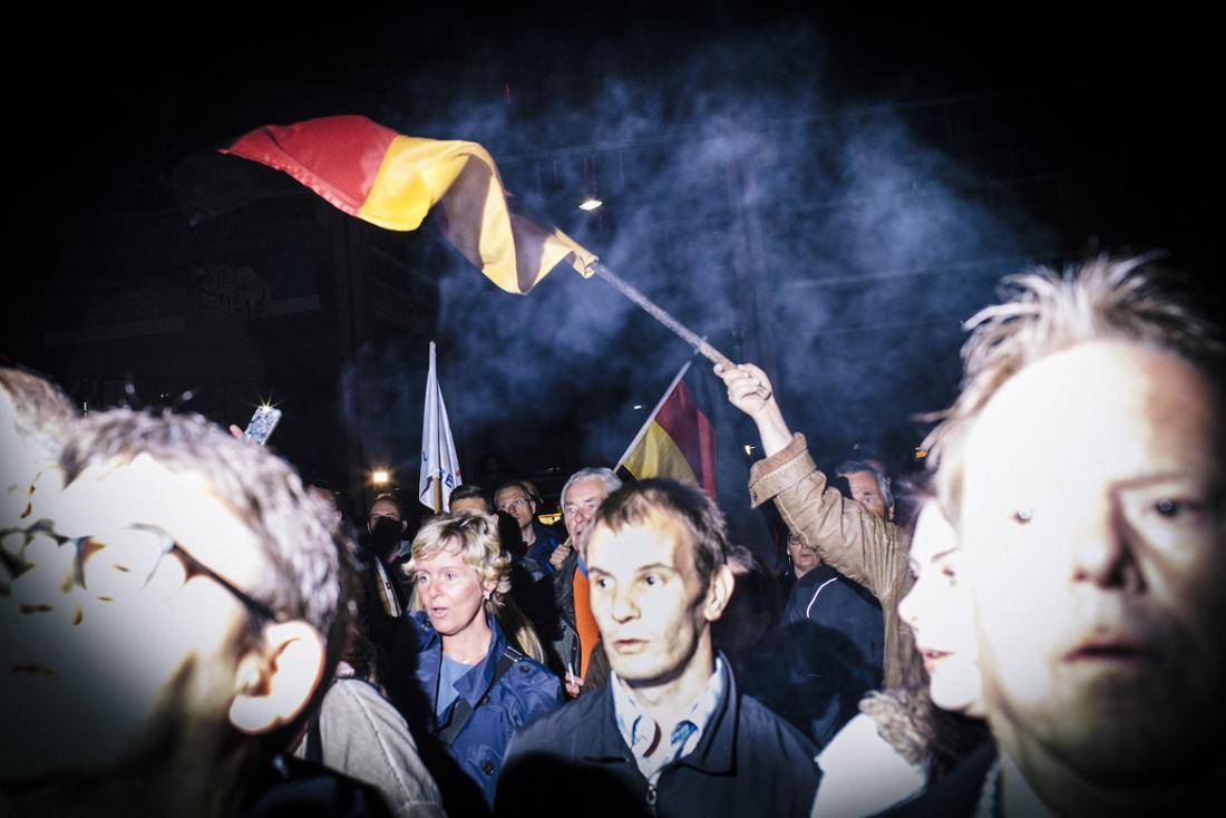 Zum Abschluss die Nationalhymne: Besucher der AfD-Demonstration in Jena am Dienstag.