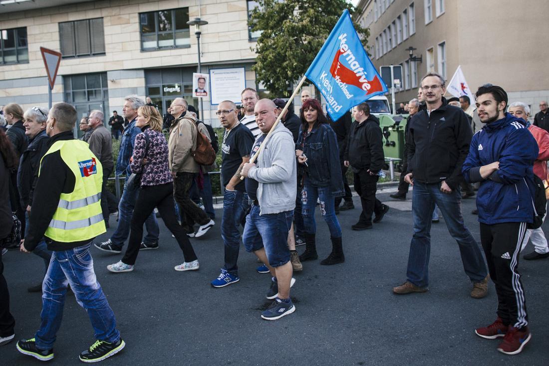 """Teilnehmer der AfD-Demo in Jena am Dienstag. Einige Menschen riefen rechtsextremistische Parolen, darunter das """"U-Bahn-Lied""""."""