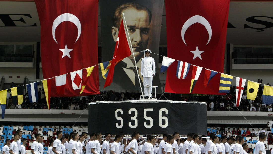 Vorbeimarsch bewaffneter Militärschüler der Kuleli Militärakademie an einer U-Boot-Attrappe während einer Parade in Istanbul 2004.