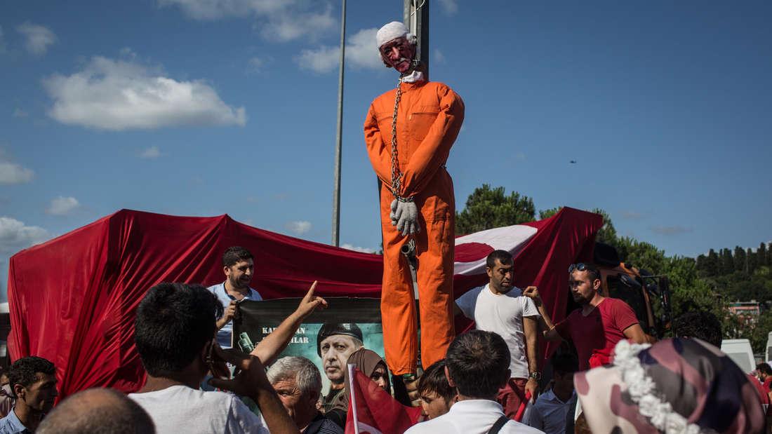 Eine Puppe, die Fethullah Gülen darstellen soll, während eines Protestes in der Türkei im Juli.