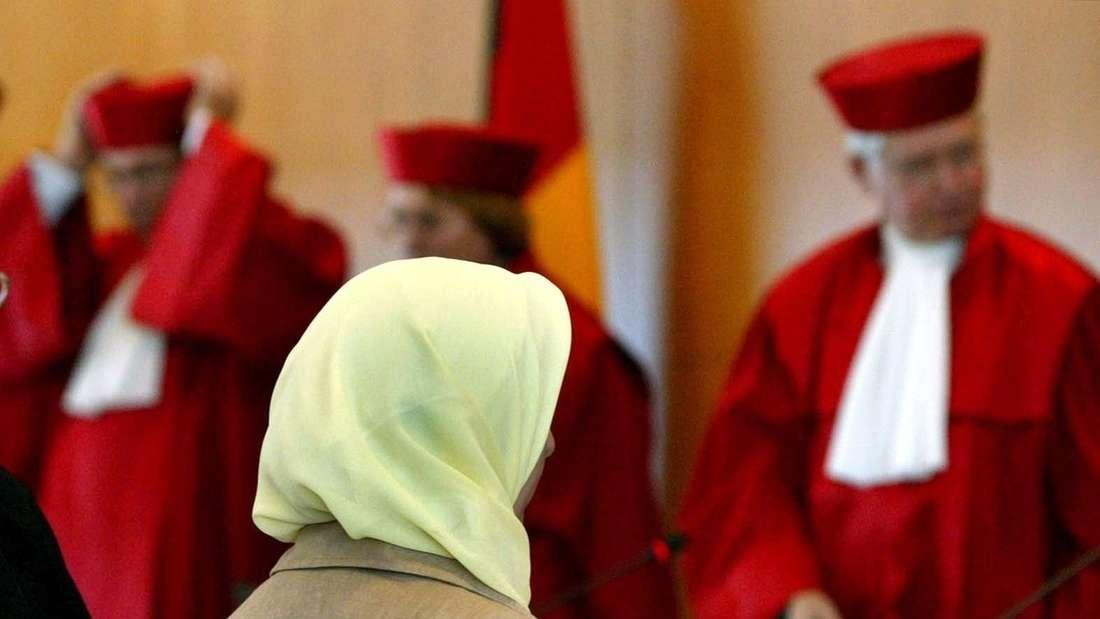 Eine junge Muslima klagte 2012 erfolgreich gegen einen Zahnarzt, der ihr wegen ihres Kopftuches die Ausbildungsstelle verweigerte. Das Bußgeld bei Verstößen gegen das AGG bei Jobbewerberinnen oder -bewerbern beträgt drei Monatsgehälter.