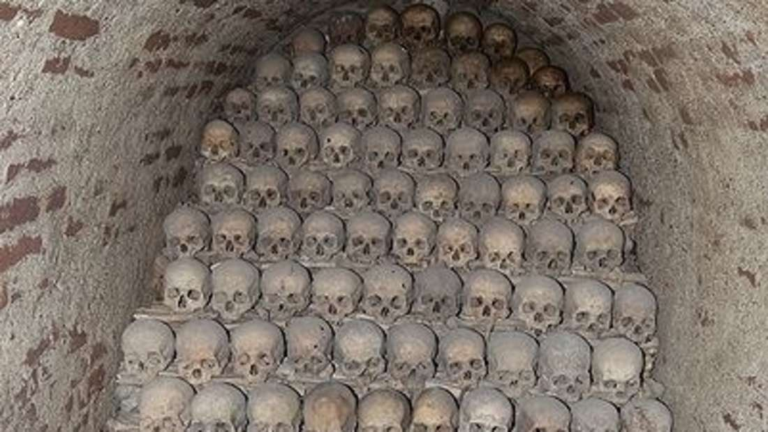 Das Brünner Beinhaus in Tschechien ist das zweitgrößte in Europa. Die Knochen wurden oft verwendet, um kunstvolle dekorative Skulpturen zu schaffen - zum Beispiel Kronleuchter aus Knochen und Totenköpfen.