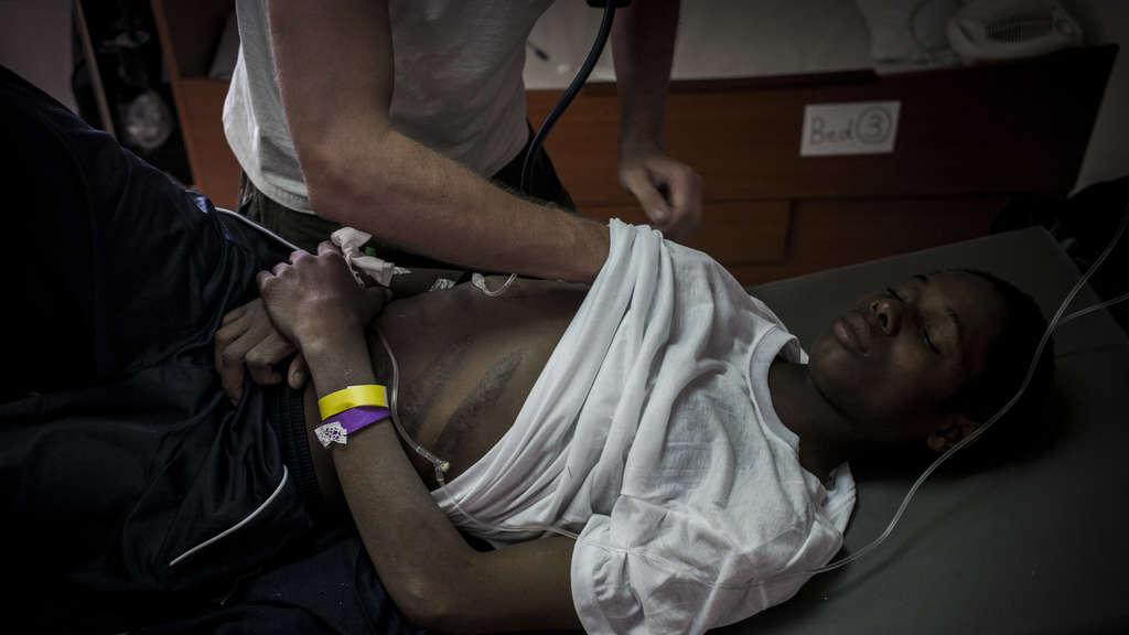 Viele der Menschen in den Internierungslagern haben Folterspuren – alte und auch neuere. So auch dieser Mann, der von einem Mitarbeiter einer Hilfsorganisation untersucht wird und lange, schlecht verheilte Narben auf den Rippen zeigt.