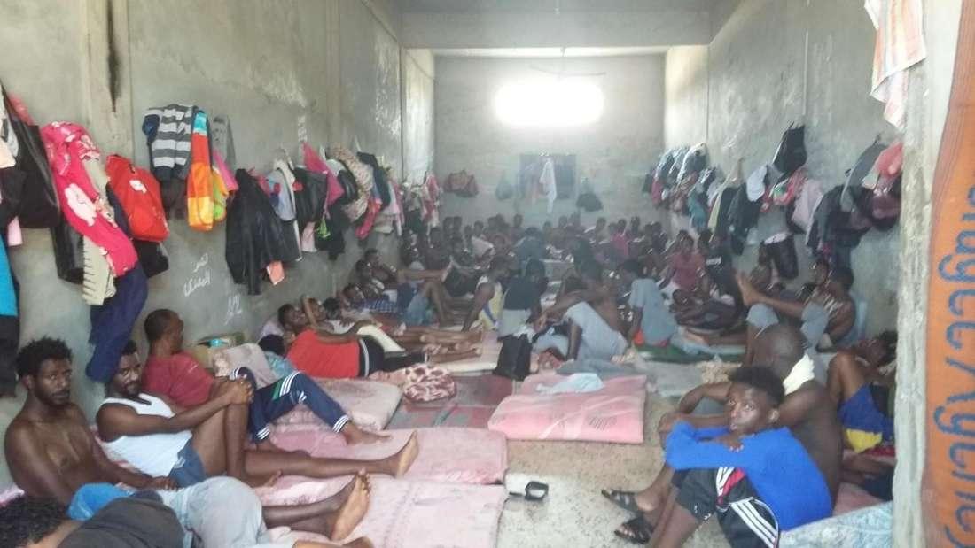 Das Bild stammt aus einem der Internierungslager im Gebiet Misrata/Khoms und entstand im Juli 2018.