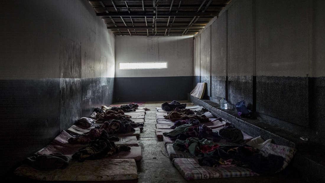 Keine Betten, keine Toiletten, keine Waschgelegenheiten: Blick in einen der Räume, in denen die Menschen im Internierungslager Trig al Matar gefangen gehalten werden.