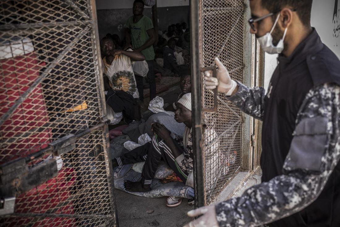 Ein Wärter öffnet im April 2017 ein Gittertor zu einer Käfig-ähnlichen Sammelzelle im Internierungslager Trig al Matar bei Tripolis.