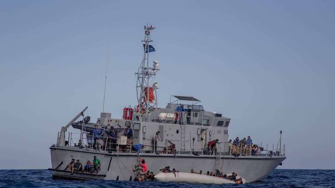 Die libysche Küstenwache bei einem Rettungseinsatz.