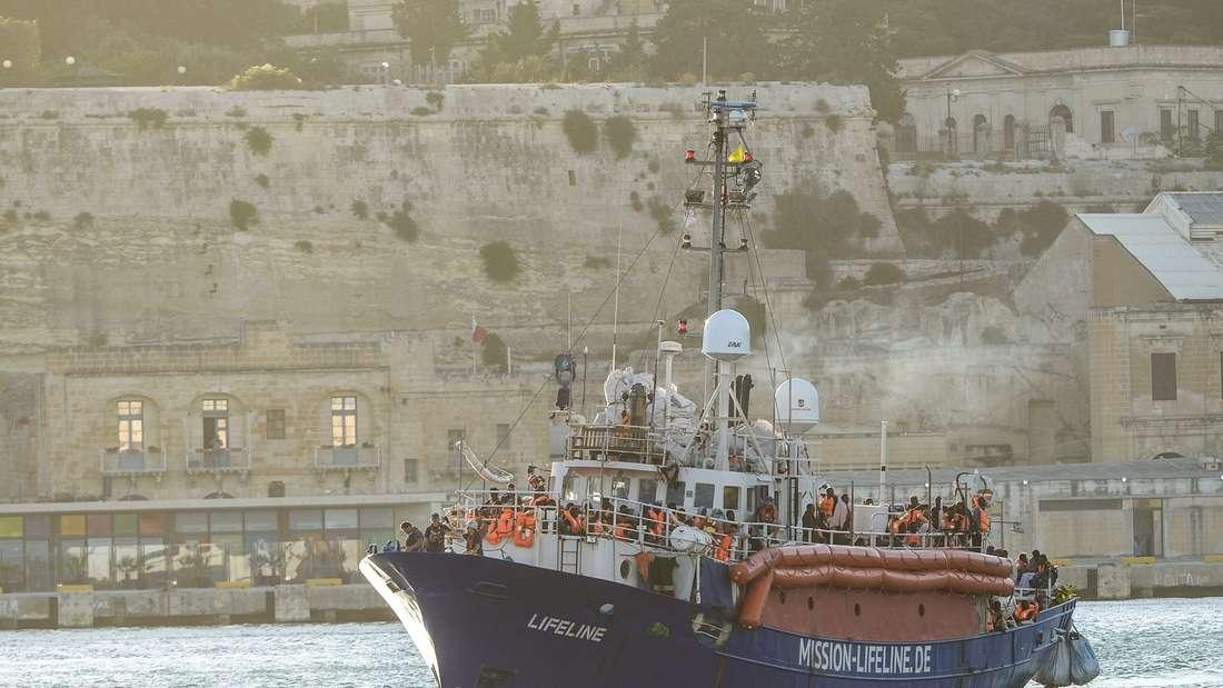 Die Lifeline läuft am 27. Juni im Hafen von Valletta in Malta ein. Die Bilder zeigen, wie eng es an Bord mit über 250 Personen war. An Bord gibt es zwei Toiletten für Gäste und eine Krankenstation für maximal 2 Beatmungspatienten. Viele der Geretteten waren bereits unterernährt waren und stark seekrank.