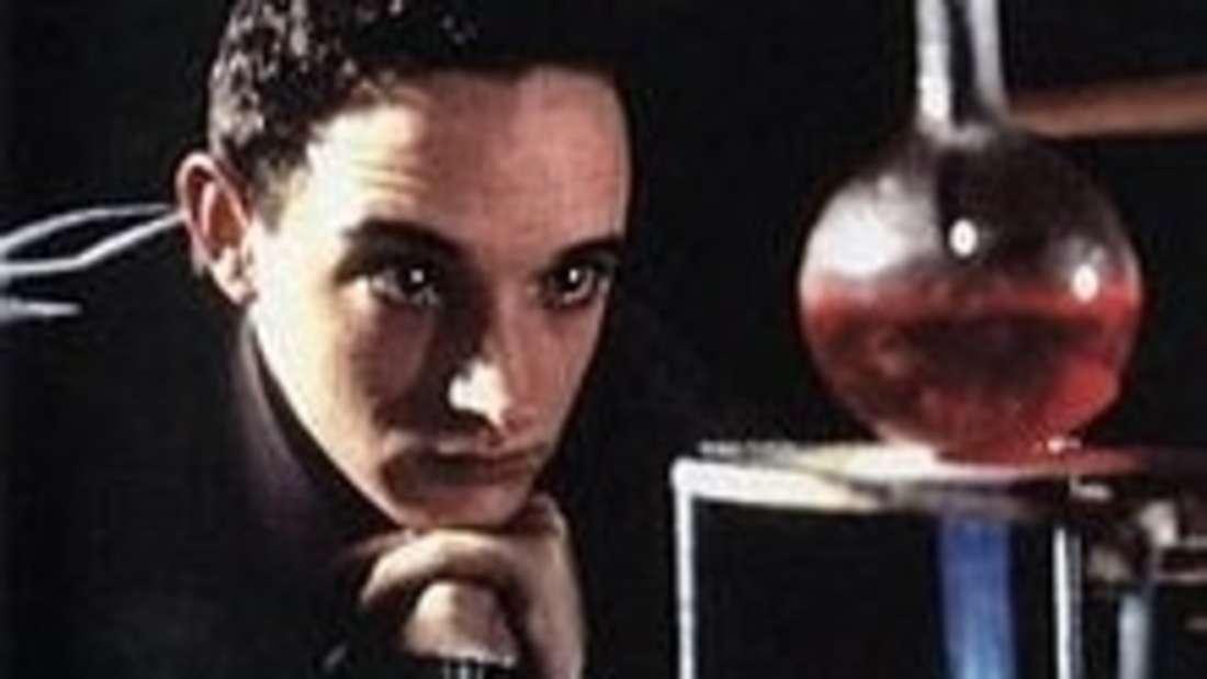Graham Young, der Teetassengiftmörder, war erst 14 Jahre alt, als er begann Gift herzustellen und es an seiner Familie, seinen Haustieren und Schulfreunden zu testen. Seiner Familie servierte er vergifteten Tee, durch den seine Stiefmutter Molly 1962 starb. Er wurde verhaftet und eingesperrt, aber nach neun Jahren freigelassen. Die zweite Welle von Vergiftungsfällen ereignete sich 1971, als Young bei einem fotografischen Betrieb im englischen Dorf Bovingdon arbeitete. Die Angestellten wurden krank und litten unter Erbrechen, Krämpfen, Durchfall und einem tauben Gefühl in den Händen. Sie gingen zunächst von Lebensmittelvergiftung aus und nannten die Krankheit Bovingdonbazillus, aber später kam Haarausfall hinzu und zwei Männer starben. Young wurde abermals verhaftet und starb schließlich im Jahr 1990 mit 42 Jahren im Gefängnis.