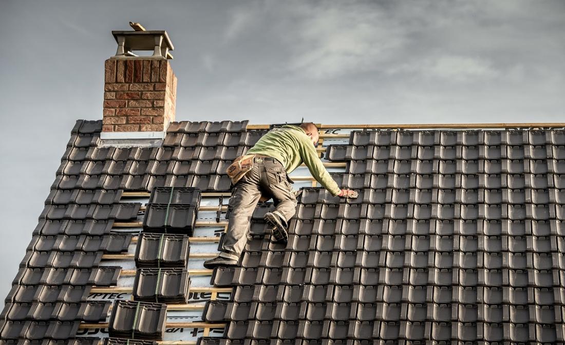 Dachdecker sind anfällig für Knieprobleme – und haben in Deutschland immer wieder Probleme, für diese auch entschädigt zu werden.