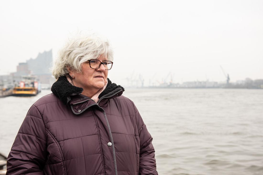 Andrea Heider ist 61 Jahre alt und kann nicht mehr als Krankenschwester arbeiten. Sie sagt, ihre Arbeit habe sie krank gemacht. Seit fast vier Jahren wartet sie auf eine Entschädigung der Berufsgenossenschaft.