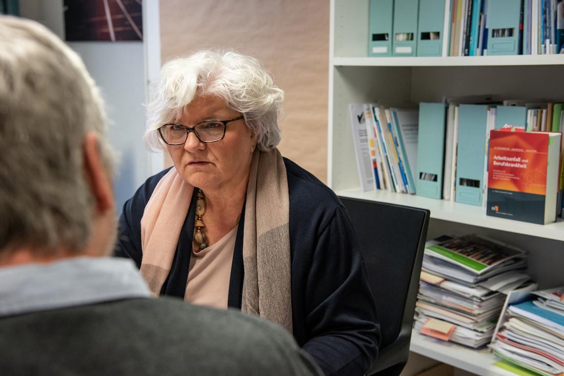 """Andrea Heider im Gespräch mit ihrem Berater von der Beratungsstelle """"Arbeit und Gesundheit"""" in Hamburg."""