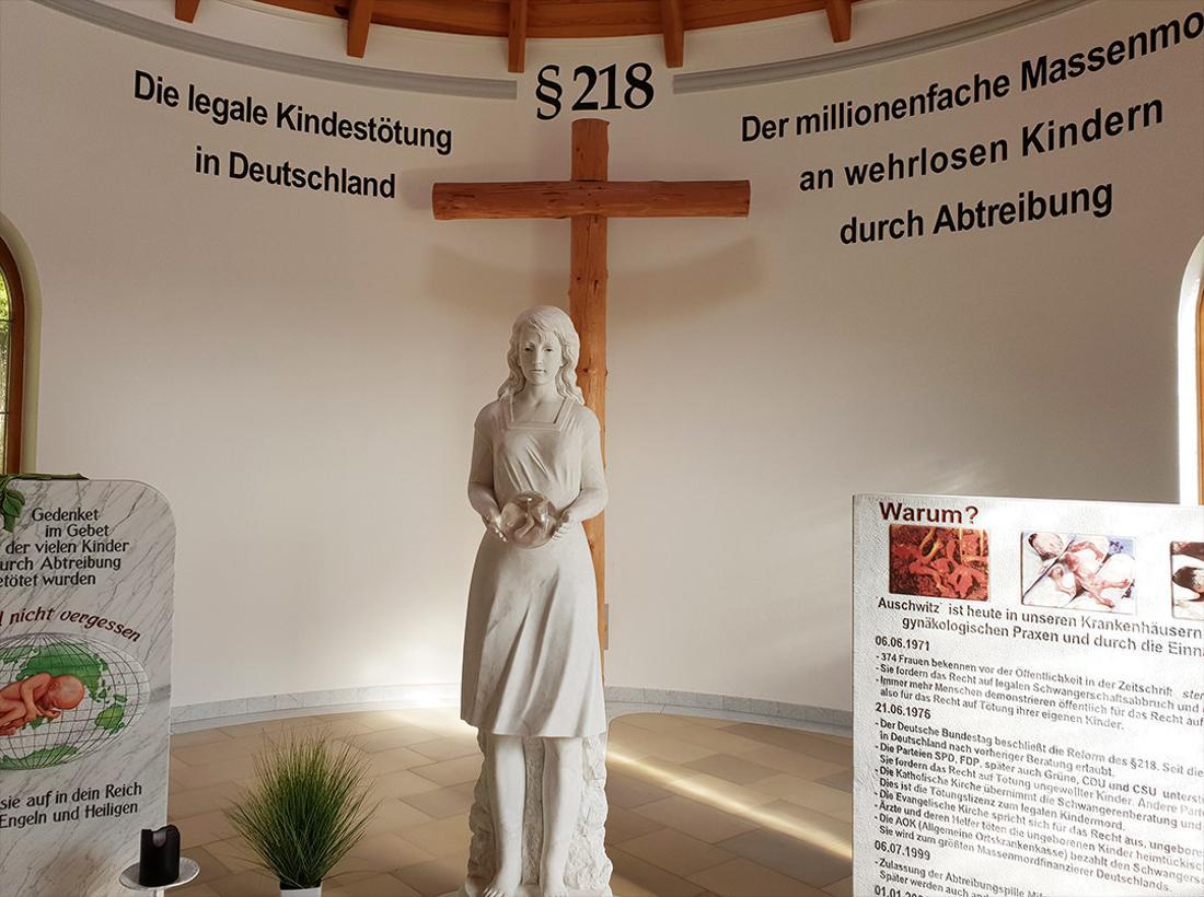 Innenraum der Franz-Graf-Kapelle im bayrischen Pösing.