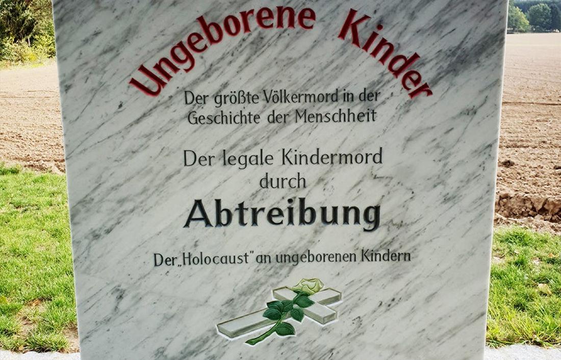Steintafel vor der Franz-Graf-Kapelle in Pösing.
