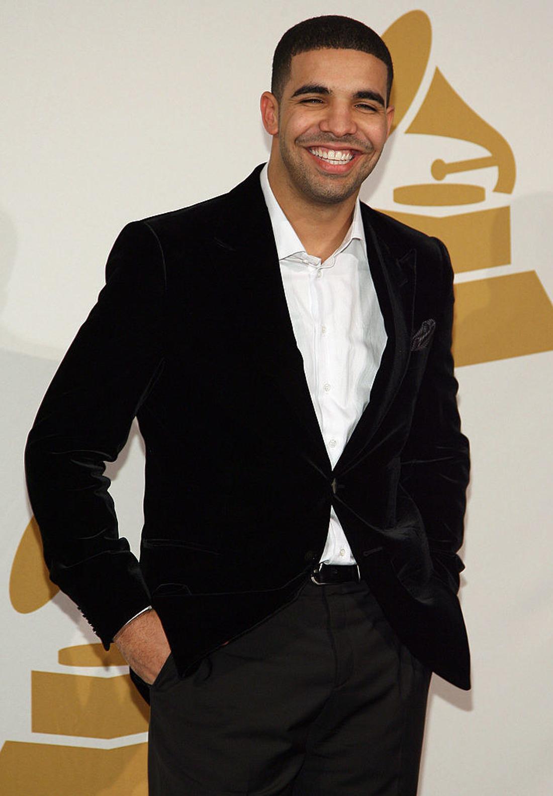 Drake posiert beim Konzert zu den Grammy-Nominierungen in Los Angeles am 2. Dezember 2009 für ein Foto. Die 52. jährliche Verleihung der Grammy Awards findet am 3. Januar 2010 statt. Beyoncé lag bei der 52. Verleihung der Grammy Awards mit 10 Nominierungen vorne, gefolgt vom Teeniecountrystar Taylor Swift mit acht. AFP PHOTO / VALERIE MACON (der Bildnachweis sollte VALERIE MACON/AFP/Getty Images lauten)