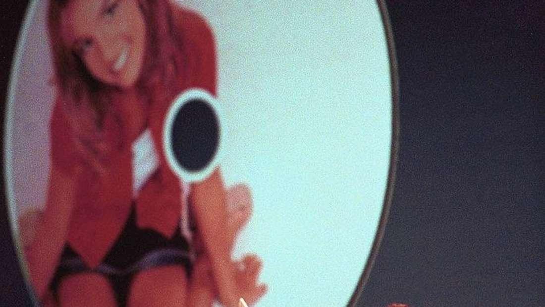 Steve Jobs hält die Britney Spears-Single 'Baby One More Time' hoch