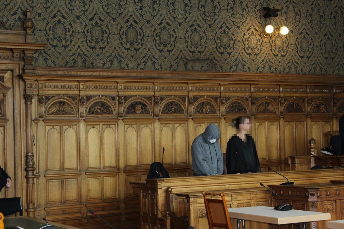 Daniel S. bei der Urteilsverkündung mit einer seiner beiden Strafverteidigerinnen im Landgericht Bremen