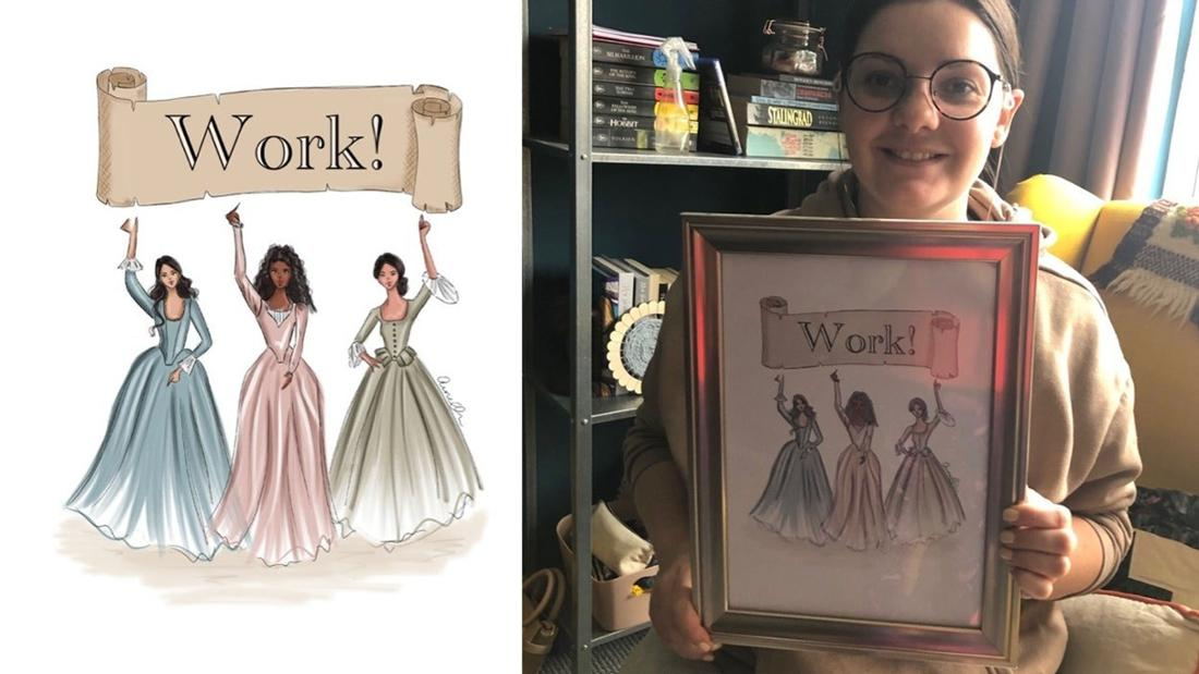 Ein Bild der Schuyler Schwestern aus Hamilton und eine Frau, die stolz das Bild hochhält