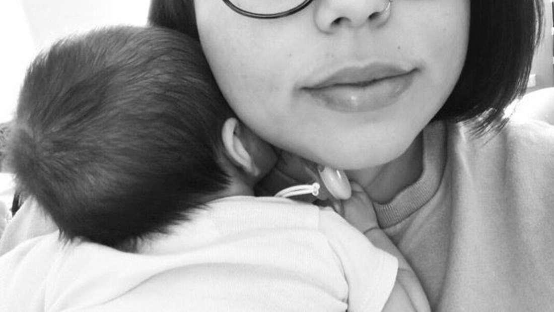 Eine Mutter, die ihr Baby festhält