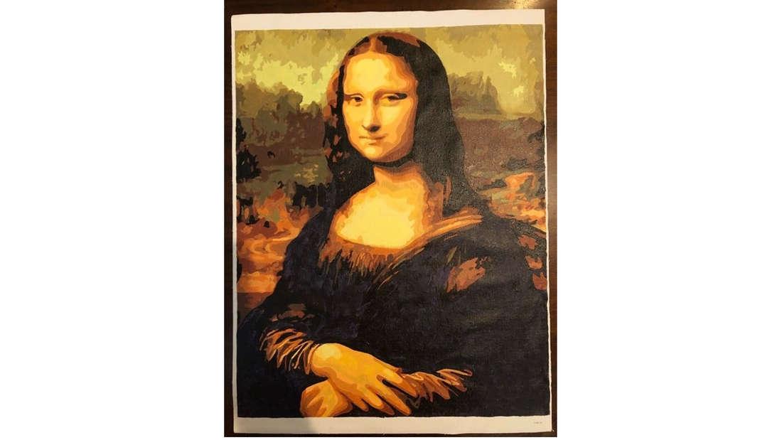 Ein Bild von einem Malen nach Zahlen Bild, auf dem die Mona Lisa zu sehen ist
