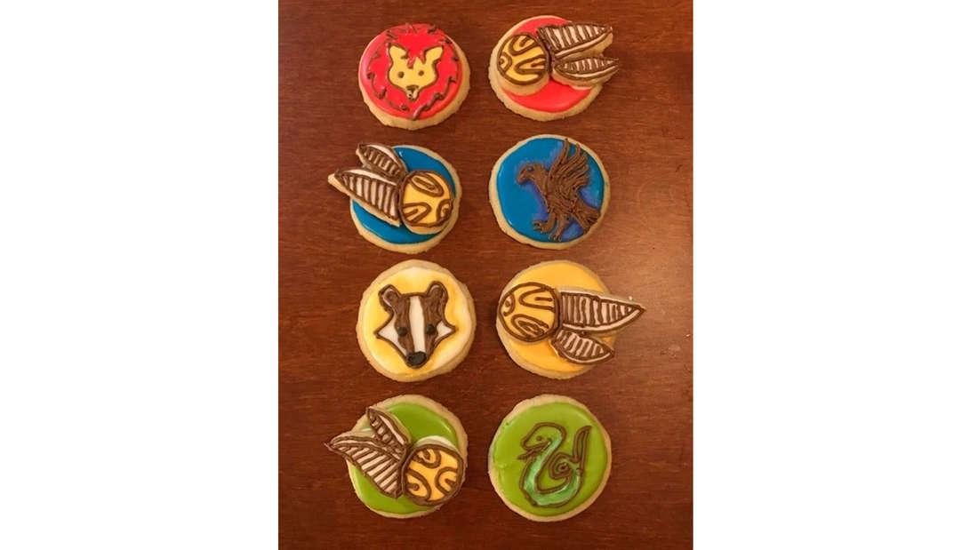 Harry Potter Kekse, die in Hausfarben angemalt und dekoriert sind