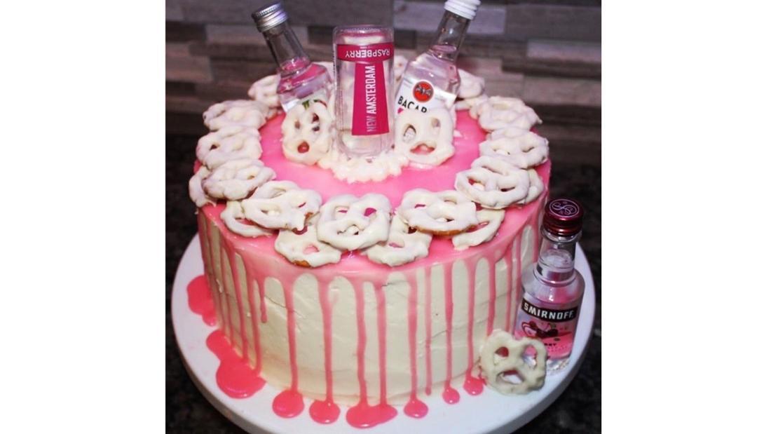 Ein Geburtstagskuchen, der mit Brezeln mit Frosting und kleinen Alkoholflaschen