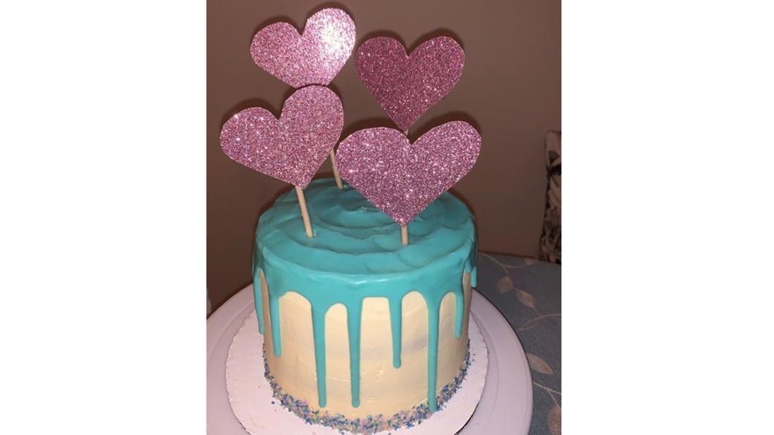 Etagenkuchen mit glitzernden Herzen oben drauf