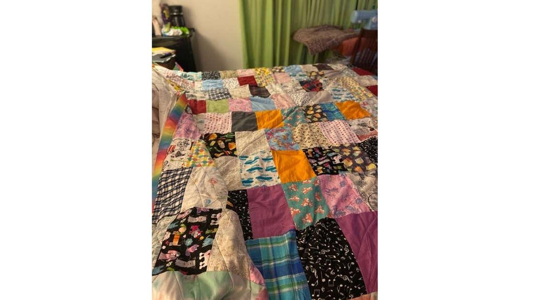 Ein großer Quilt aus verschiedenen Stoffvierecken