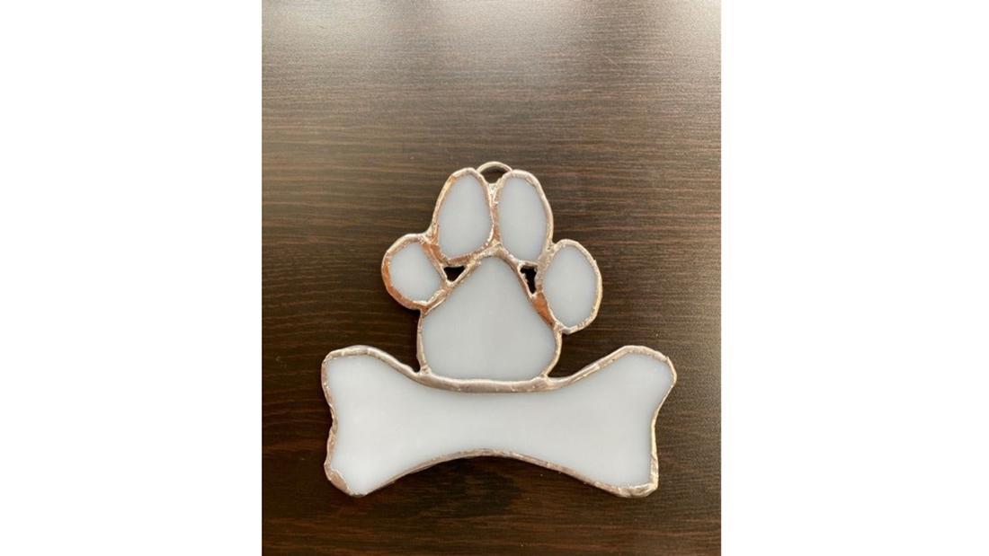 Hundeanhänger aus Buntglas in Form eines Knochens und einer Tatze