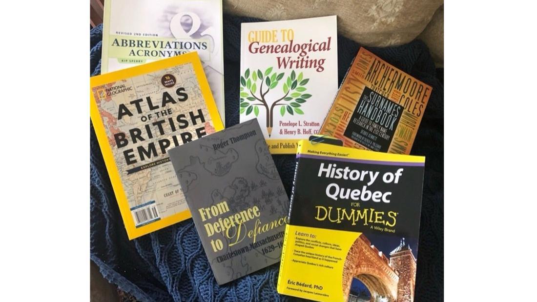 Ein Stapel mit Genealogie Büchern