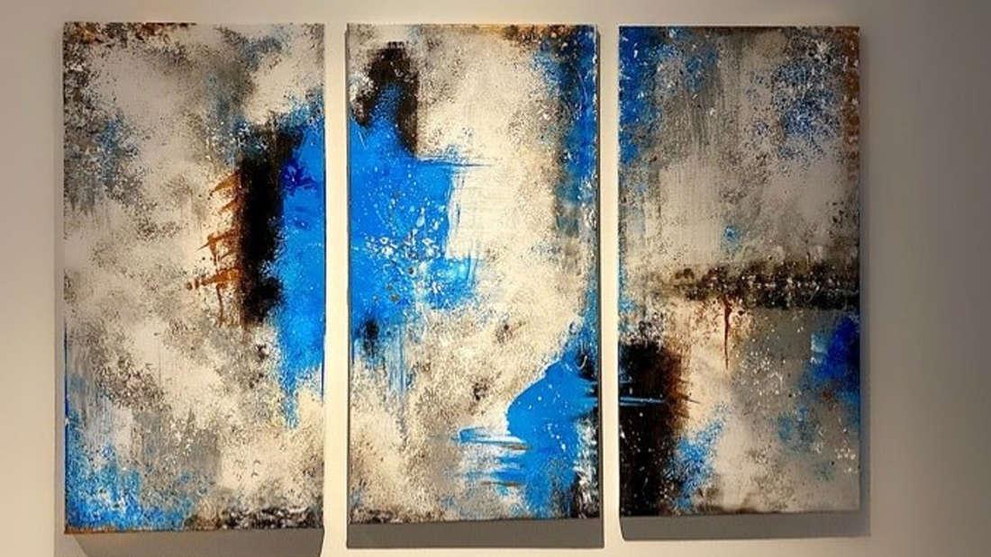 Dreiteiliges Gemälde mit abstrakter Kunst in blau weiß und schwarz das Wolken ähnelt