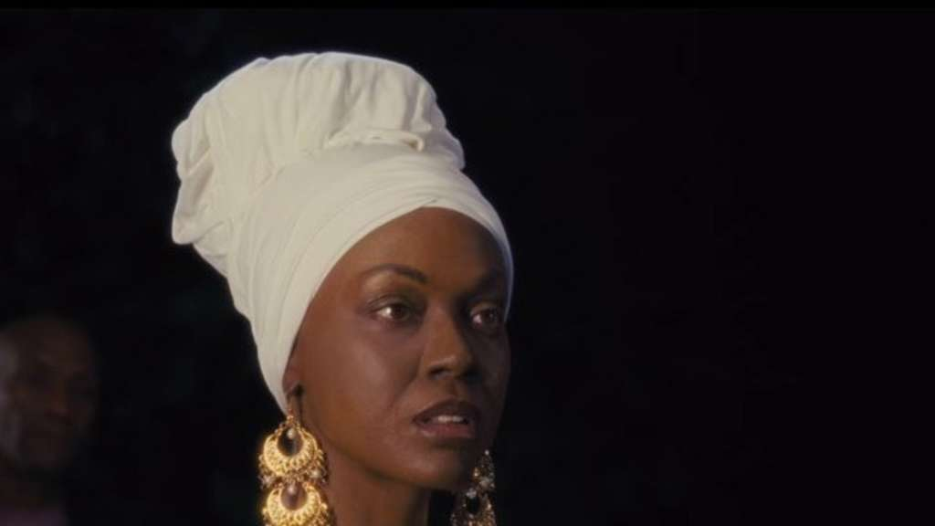 Zoe Saldana as Nina Simone preparing to sing.