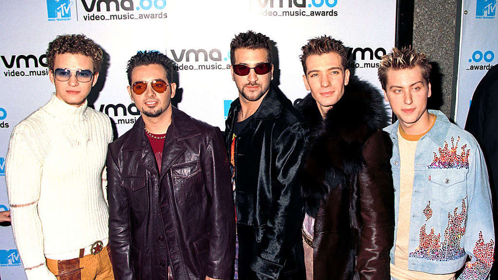 NSYNC at the 2000 vmas wearing unmatching outfits