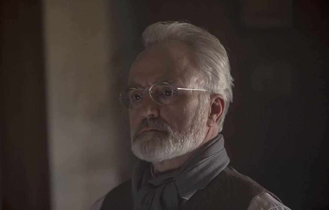 Nahaufnahme von Kommandant Joseph Lawrence - ein Mann mit grauen Haaren, Bart und Brille.
