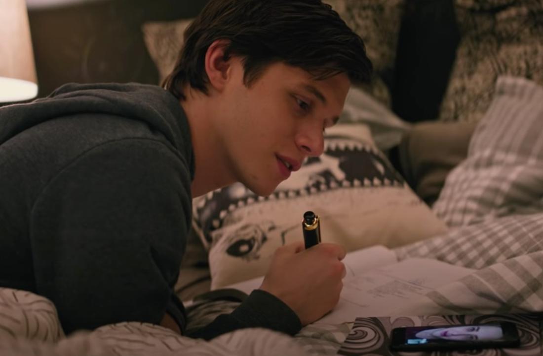 """Der Screenshot zeigt Simon aus dem Film """"Love, Simon"""", wie er auf dem Bett liegt und mit einer Freundin telefoniert."""