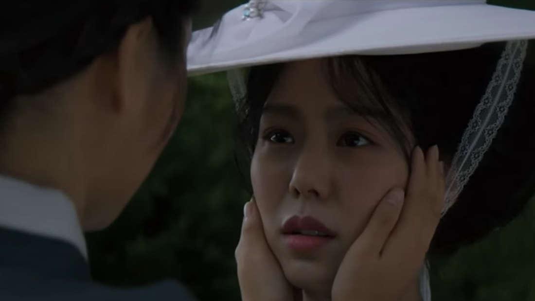 """Der Screenshot zeigt die beiden Hauptdarstellerinnen aus dem südkoreanischen Film """"Die Taschendiebin"""". Eine der beiden hält sanft das Gesicht der anderen in den Händen."""