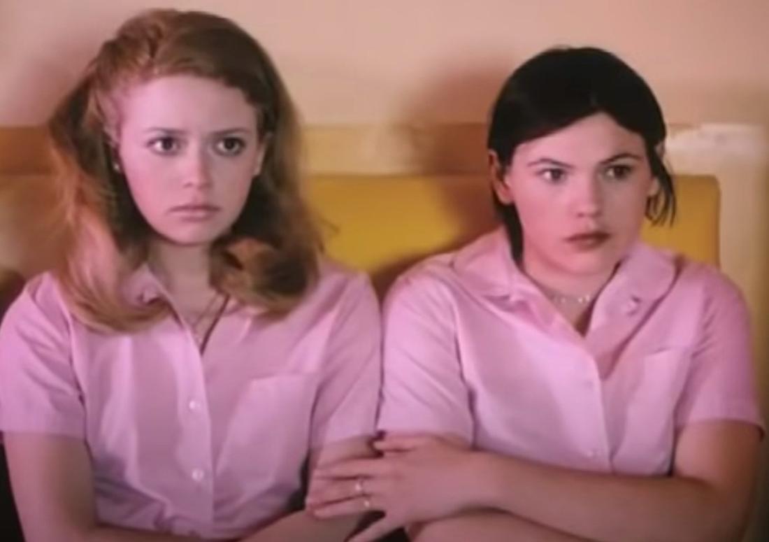 """Der Screenshot zeigt zwei der Mädchen aus dem Film """"Weil ich ein Mädchen bin"""", die gemeinsam in pinken Klamotten gekleidet zusammensitzen."""